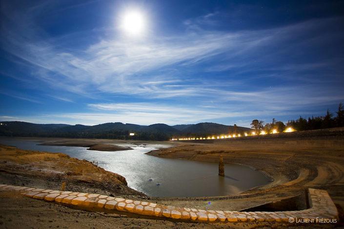 Vidange du lac Saint-Ferréol au clair de lune