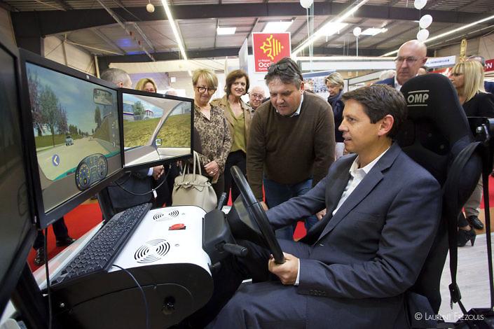 Christophe Ramond, le président du Conseil départemental du Tarn, sur un simulateur automobile lors de la foire de Castres