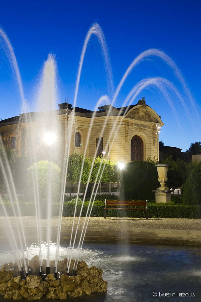 Les jardins de l'Evêché de nuit à Castres et le théâtre