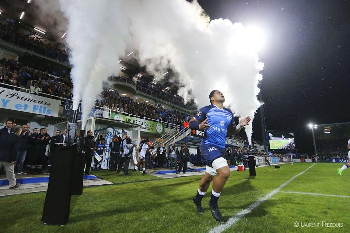 Castres Olympique Alex Tulou entre sous les fumigènes