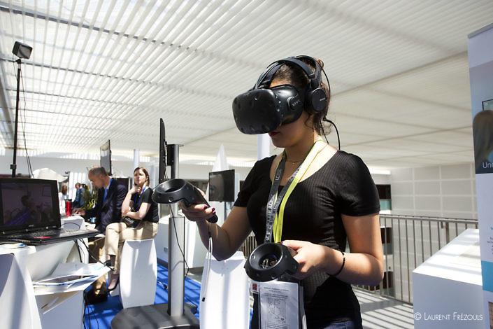 Essai de casque de réalité virtuelle lors de l'université dété de la e-santé à l'hôpital de Castres-Mazamet