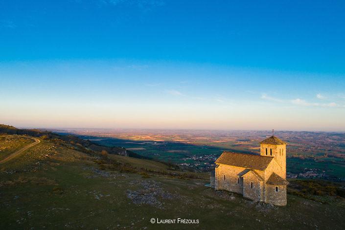 Photo par drone dans le Tarn. La capelette et le désert de Saint-Ferréol au-dessus de Dourgne