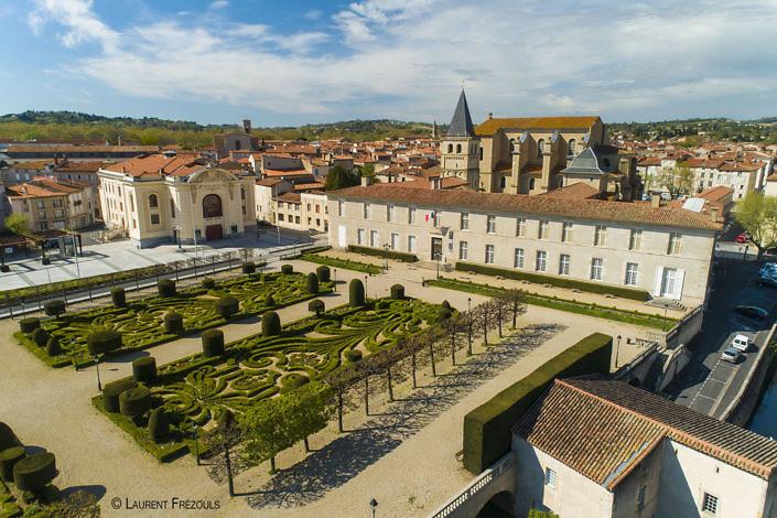 Photo par drone dans le Tarn. Les jardins de l'Evêché et l'Hôtel de ville de Castres