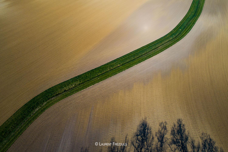 Photo par drone dans le Tarn. Graphisme d'un champ labouré