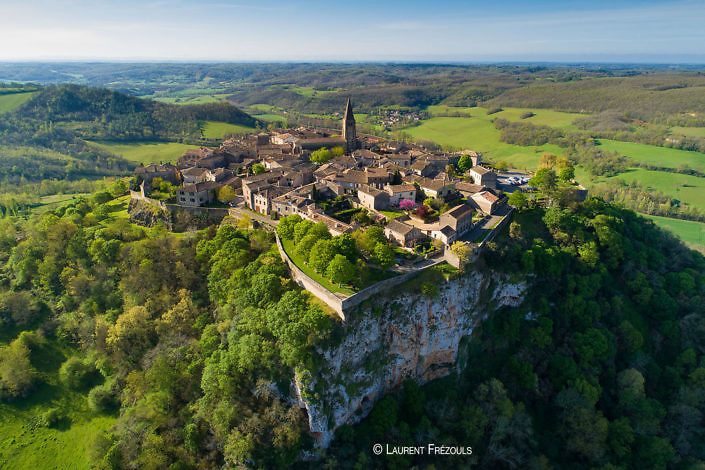 Photo par drone dans le Tarn. La bastide Puycelsi parmi les plus beaux villages de France
