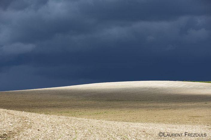 Soir d'orage sur un paysage lunaire dans le Gaillacois du côté de Souel