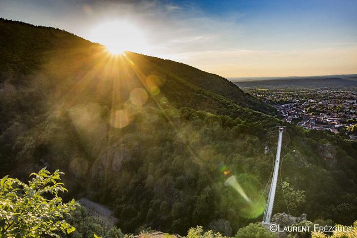 Coucher de soleil sur la passerelle d'Hautpoul au-dessus de Mazamet