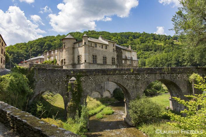 Le château de Lacaze au bord du Gijou dans le Parc naturel Régional du Haut-Languedoc