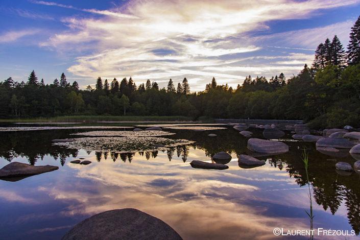 Lac du Merle au soleil couchant dans le Sidobre